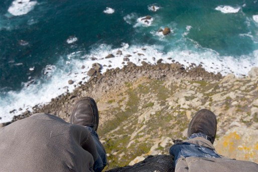 man%20on%20cliff%20edge_93115599_514x343 - Life on the edge - Photos Unlimited