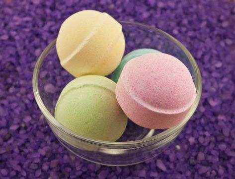 Make fizzy bath bombs